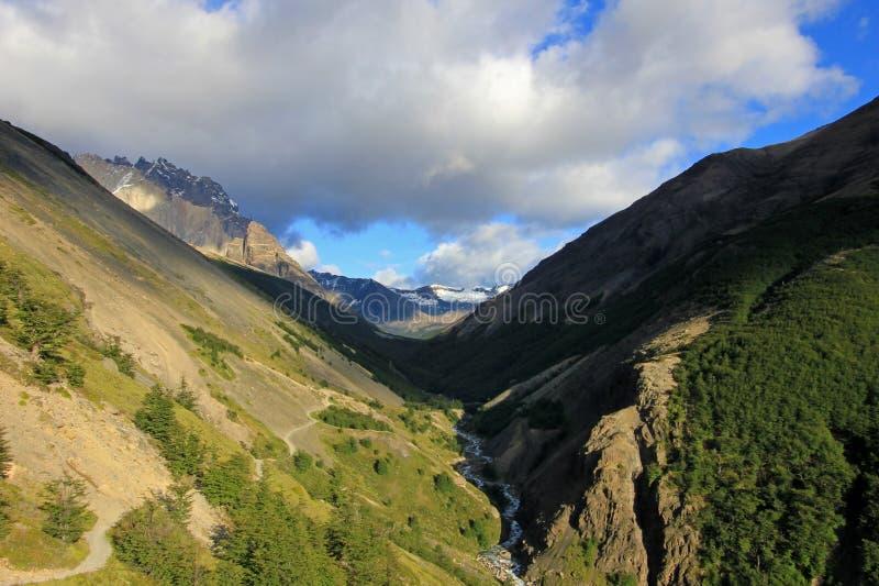 Traînez dans Valle Ascencio en parc national de Torres del Paine, Chili image libre de droits