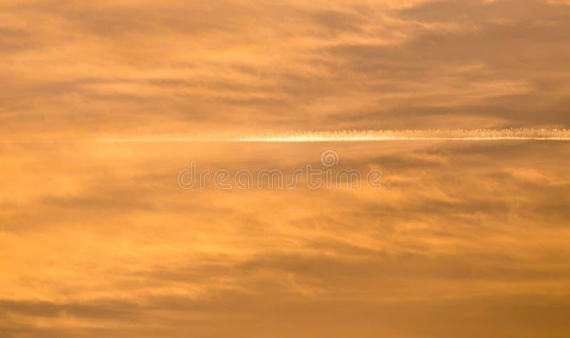 Traînez de l'avion dans le ciel au coucher du soleil image libre de droits