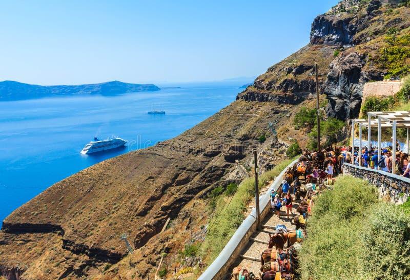 Traînez du vieux port jusqu'à la ville de Fira, Santorini photo stock