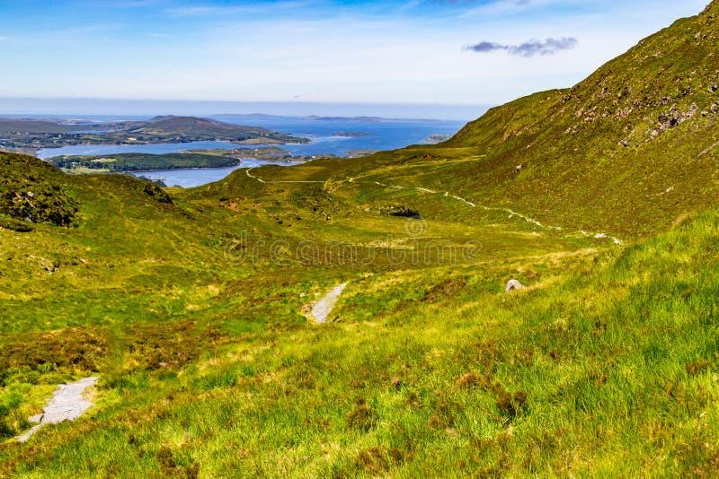 Traînez en colline de diamant avec la baie et les montagnes de Ballynakill dedans de retour images stock