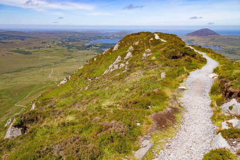 Traînez en colline de diamant avec la baie et les montagnes de Ballynakill dedans de retour photos stock