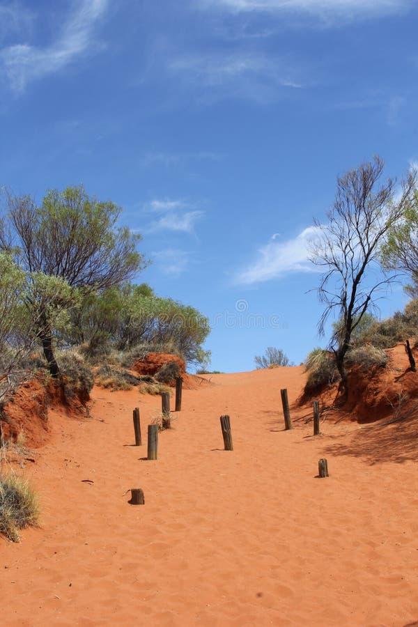Traînez en dunes de sable rouges au centre rouge, Australie photo libre de droits