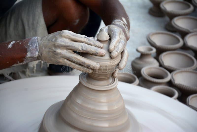 Traînez en faisant des lampes d'argile de diyas avant festival de diwali photographie stock