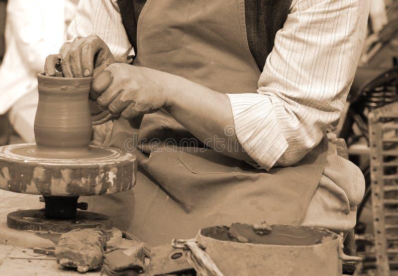 Traînez en formant l'argile pour faire un pot fait main photo libre de droits