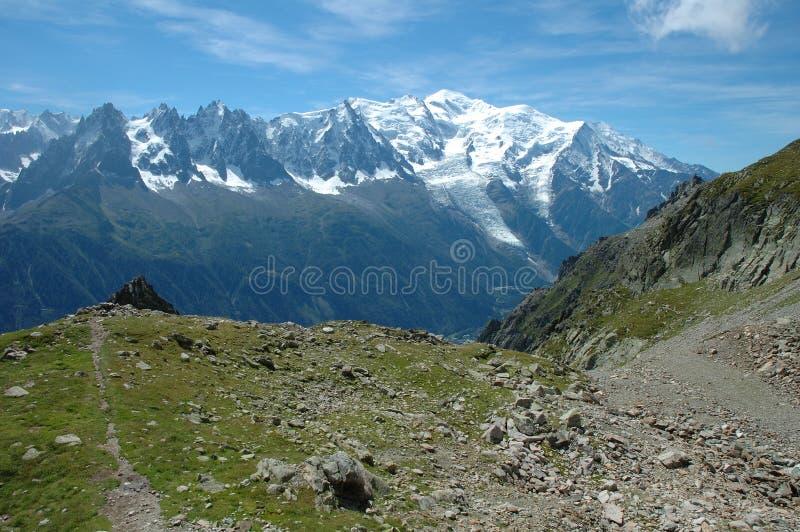 Traînez et montez la montagne Chamonix voisin de Blanc dans les Frances image libre de droits