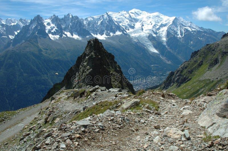 Traînez et montez la montagne Chamonix voisin de Blanc dans les Frances images libres de droits