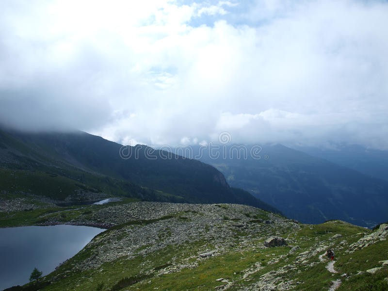 Traînez la montagne par le mauvais temps, en regain photographie stock