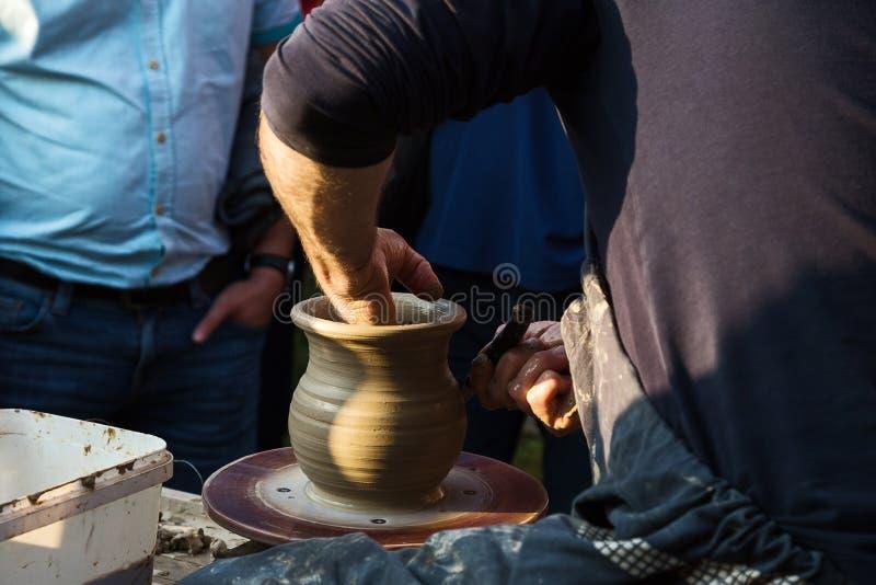 Tra?nez le ceramist pour cr?er le pot sur le Baikal photographie stock libre de droits