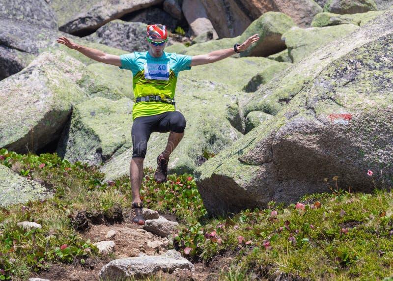 Traînez le coureur, l'homme et le succès en montagnes photo stock