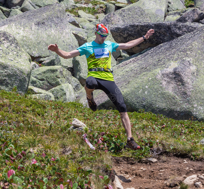 Traînez le coureur, l'homme et le succès en montagnes image libre de droits