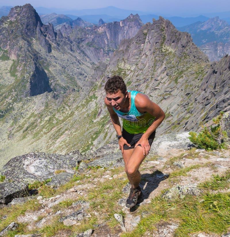 Traînez le coureur, l'homme et le succès en montagnes photographie stock