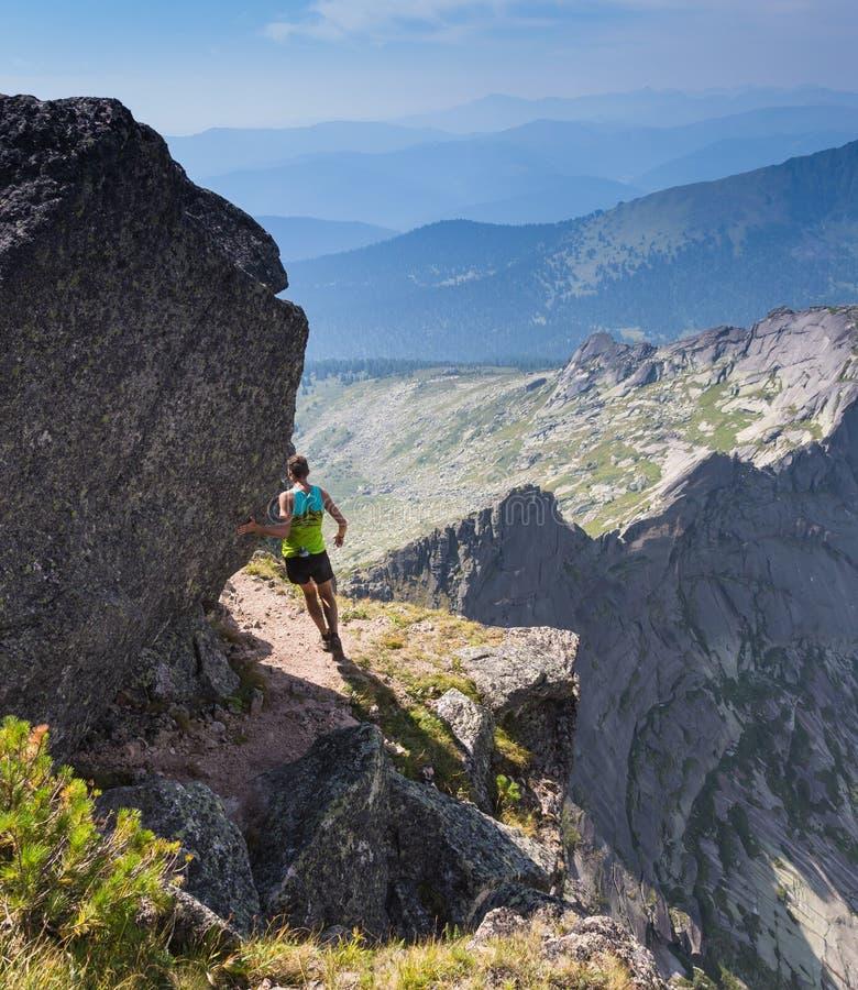 Traînez le coureur, l'homme et le succès en montagnes photos libres de droits