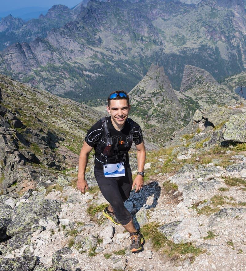Traînez le coureur, l'homme et le succès en montagnes photos stock
