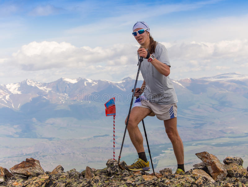 Traînez le coureur, l'homme et le succès en montagnes Fonctionnement, sports photographie stock libre de droits