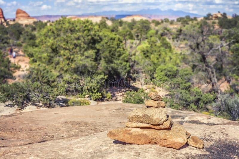 Traînez le marqueur fait de pierres par le chemin de trekking, photo libre de droits