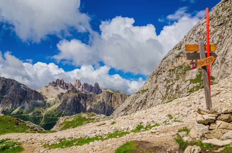 Traînez le marqueur sur Croda Negra, dolomites Italie image stock