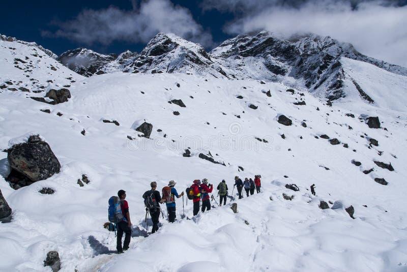 Traînez le trekking en Himalaya entre Dingboche et Dughla image libre de droits
