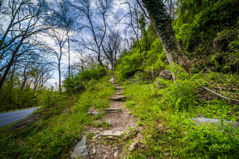 Traînez monter une colline, dans les harpistes transportent en bac, la Virginie Occidentale photos stock