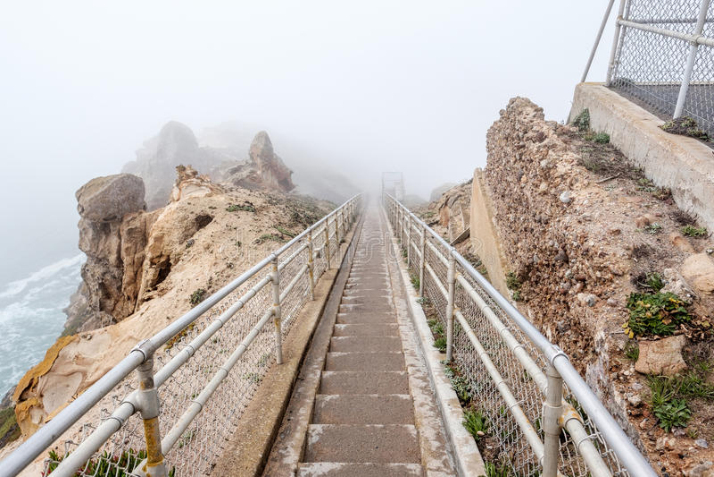 Traînez par le brouillard blanc pour diriger Reyes à la Côte Pacifique photographie stock