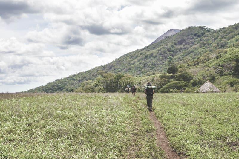 Traînez par les champs vers le cratère de T très actif photographie stock libre de droits