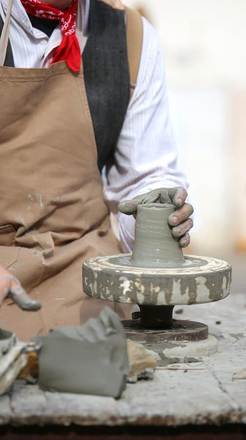 Traînez pendant la production d'un pot avec de l'argile photographie stock libre de droits