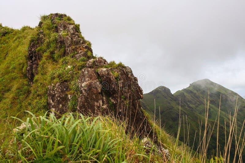 Traînez pour que la falaise fasse une pointe dans la forêt de mounta de Khao Chang Puak image stock