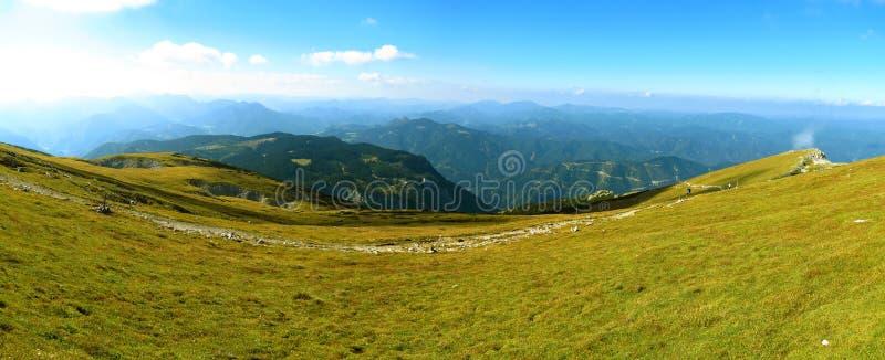 Traînez sur l'arête des Alpes autrichiens images libres de droits