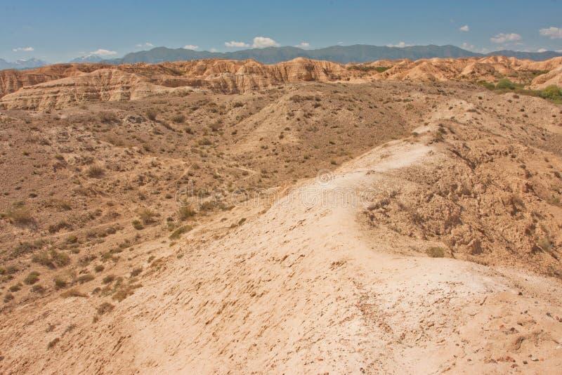 Traînez sur la colline avec le sol sec au temps chaud images stock