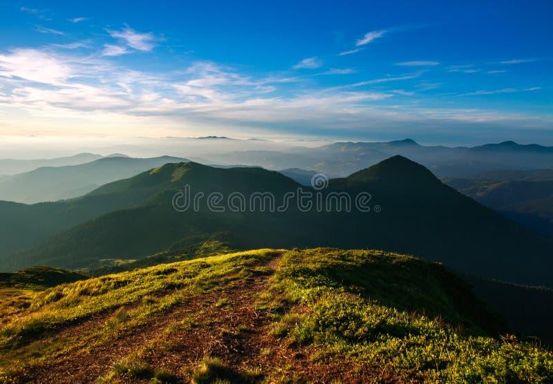 Traînez sur la montagne sur le fond du ciel de coucher du soleil photographie stock libre de droits