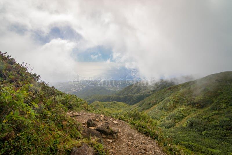 Traînez sur la La Soufriere, Guadeloupe de volcan actif, des Caraïbes image libre de droits
