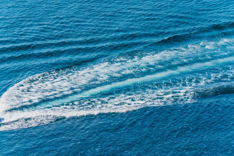 Traînez sur la surface de l'eau derrière du canot automobile rapide photographie stock