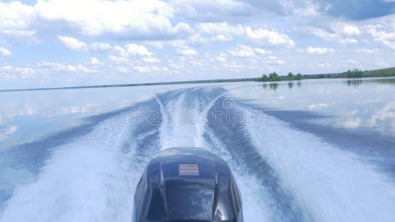 Traînez sur la surface de l'eau derrière du canot automobile rapide le moteur du canot automobile, vue arrière Traînée de bateau  image stock