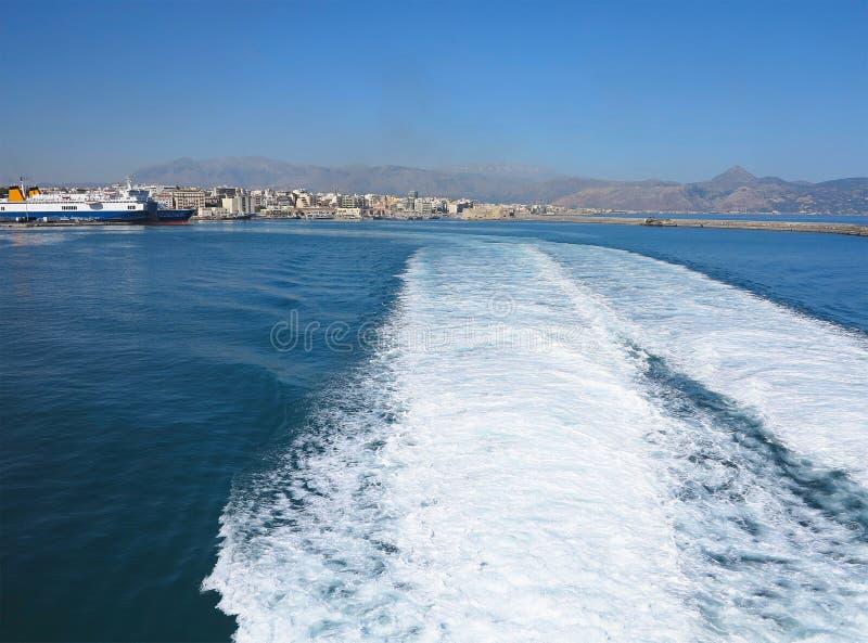 Traînez sur la surface de l'eau derrière du ferry-boat rapide photos libres de droits