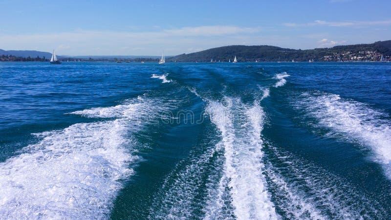 Traînez sur la surface de l'eau derrière un catamaran ultra-rapide de moteur sur Bodensee en Allemagne image libre de droits