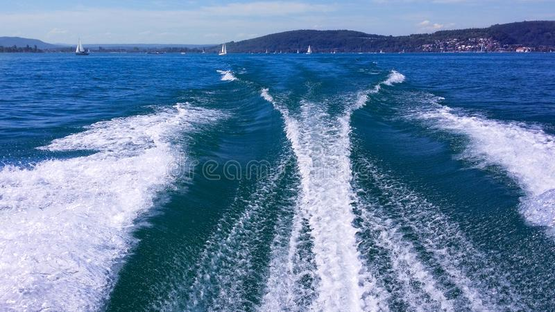 Traînez sur la surface de l'eau derrière un catamaran ultra-rapide de moteur sur Bodensee en Allemagne images libres de droits
