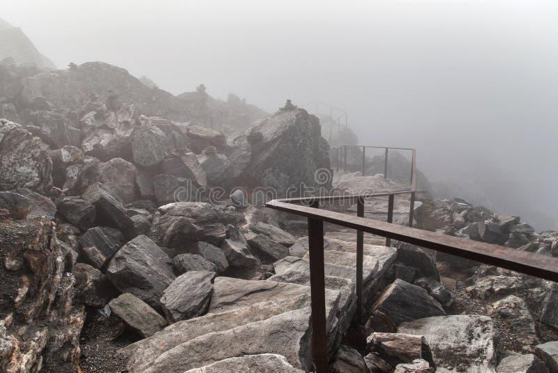 Traînez vers le sommet de Dalsnibba dans la brume photographie stock libre de droits