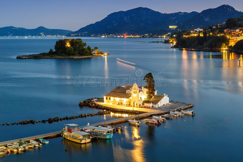 Tra de la noche de la isla de Kanoni de la iglesia de Corfú Grecia Vlachernon Vlacherna fotos de archivo