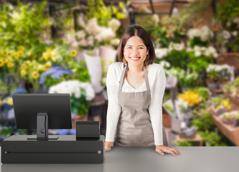 Trabajador asiático con el escritorio de cajero fotos de archivo libres de regalías