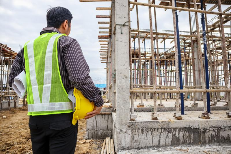 Trabajador asiático del ingeniero de construcción del hombre de negocios en el solar foto de archivo libre de regalías