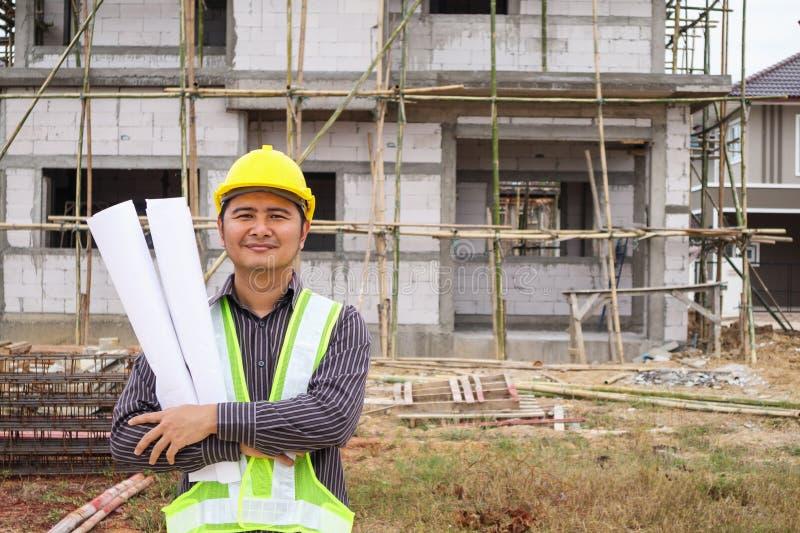Trabajador asiático del ingeniero de construcción del hombre de negocios en el solar imagen de archivo libre de regalías