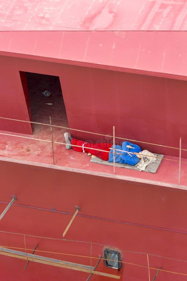 Trabajador brasileño que duerme en el barco bajo construcción, Manaus foto de archivo libre de regalías