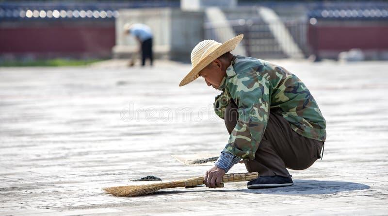 Trabajador chino que barre en Pekín fotografía de archivo libre de regalías
