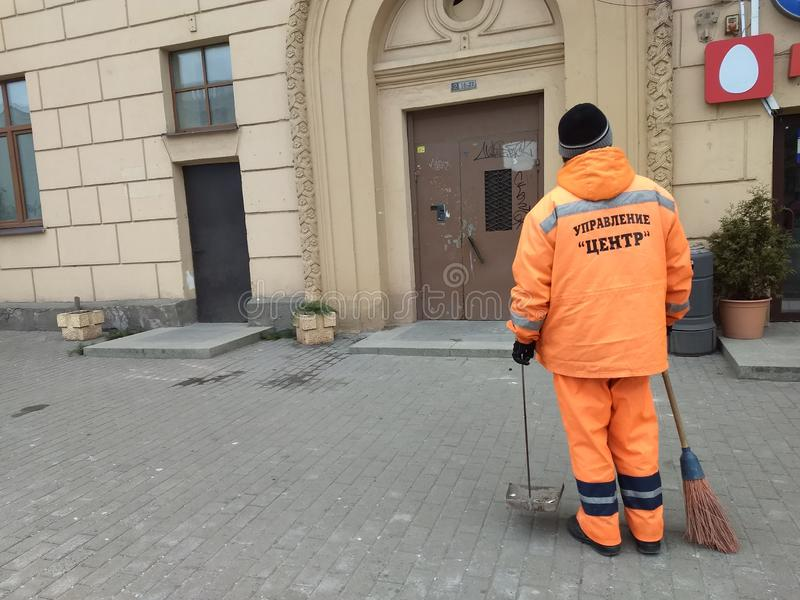 Trabajador comunal de los servicios en las calles de Minsk, Bielorrusia imagenes de archivo