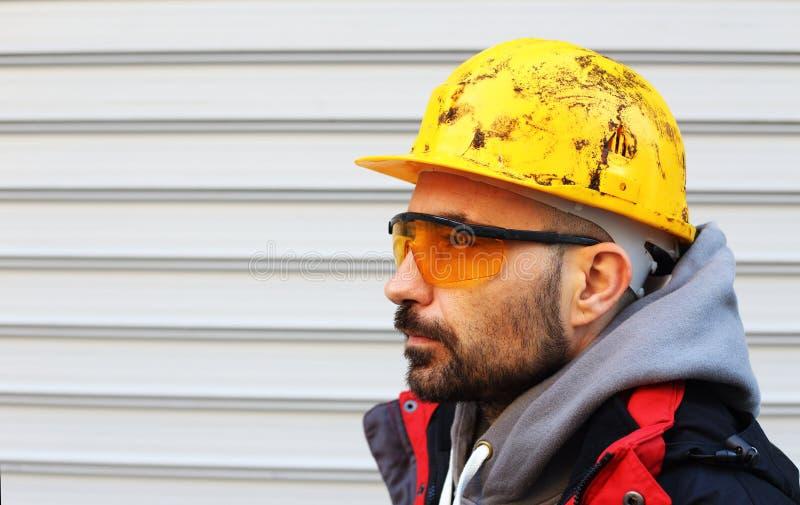 Trabajador con el casco fotografía de archivo libre de regalías