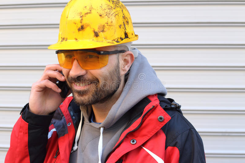 Trabajador con el casco amarillo imágenes de archivo libres de regalías