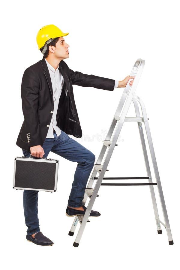 Trabajador con un diplomático al lado de las escaleras fotografía de archivo