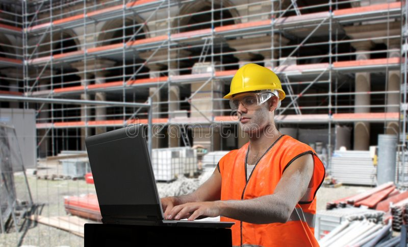 Trabajador con una computadora portátil imagenes de archivo