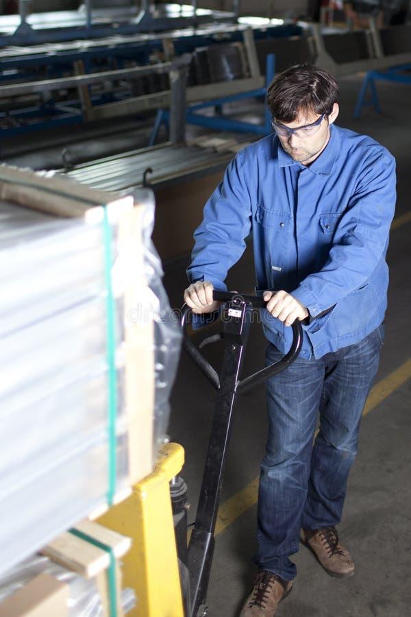 Trabajador de collar azul con la paleta imagen de archivo libre de regalías