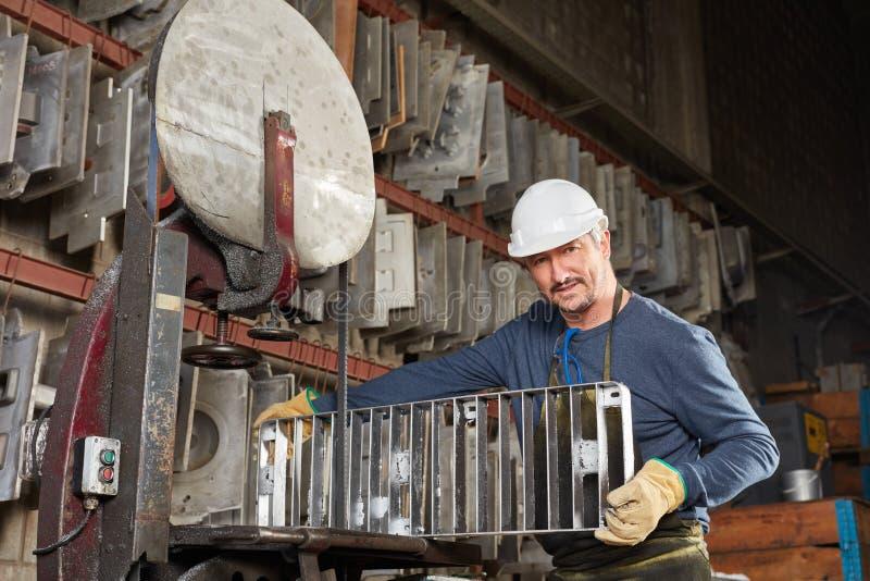 Trabajador de collar azul en fábrica imagen de archivo libre de regalías