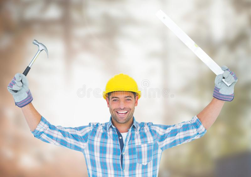 Trabajador de construcción con las herramientas delante del emplazamiento de la obra fotografía de archivo